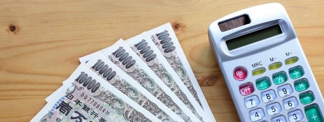 机に置かれた現金と電卓